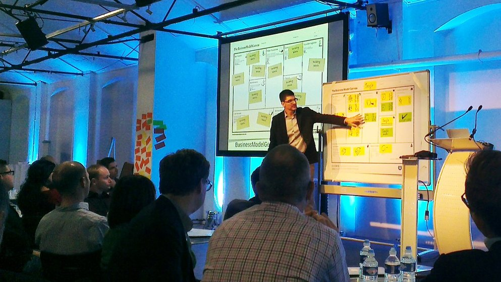 Alexander Osterwalder spiega i blocchi del Business Model Canvas.