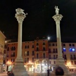 Vicenza, colonne in piazza la sera.